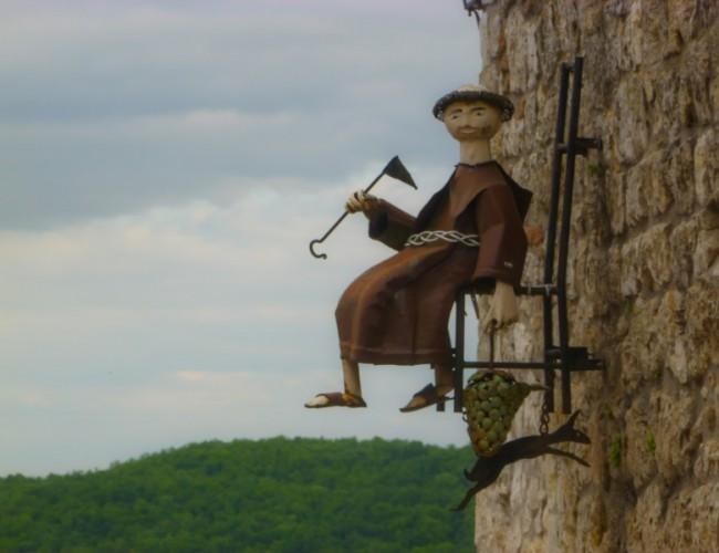 Chemin-Compostelle-Lauzerte-moine-sculpture-rue