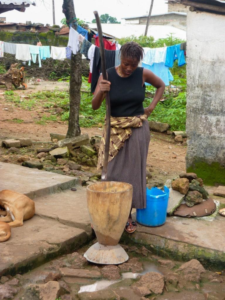 femme-piler-cuisine-afrique