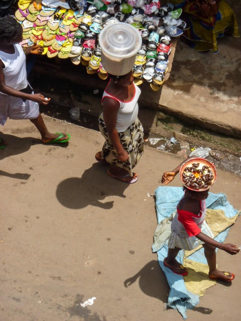 femme-porter-afrique-rue