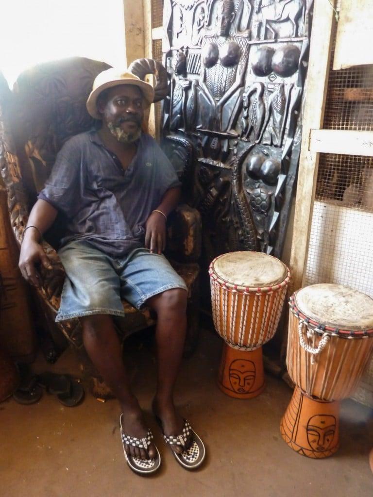 homme-djembés-marché