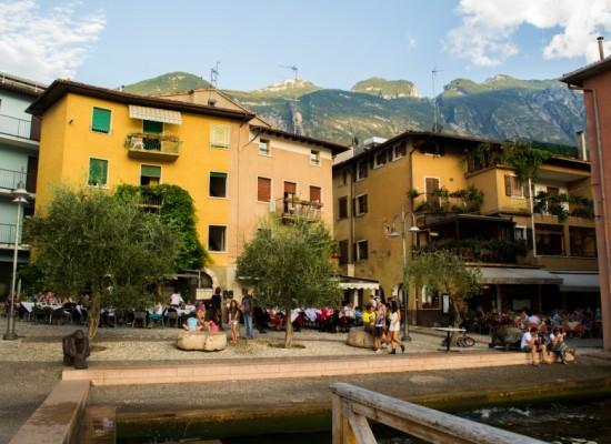 italie-malcesine-place-olivier-cafés