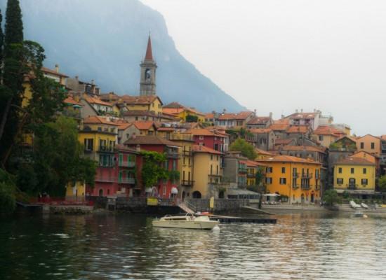 italie-varenna-vue-maisons-colorées-port