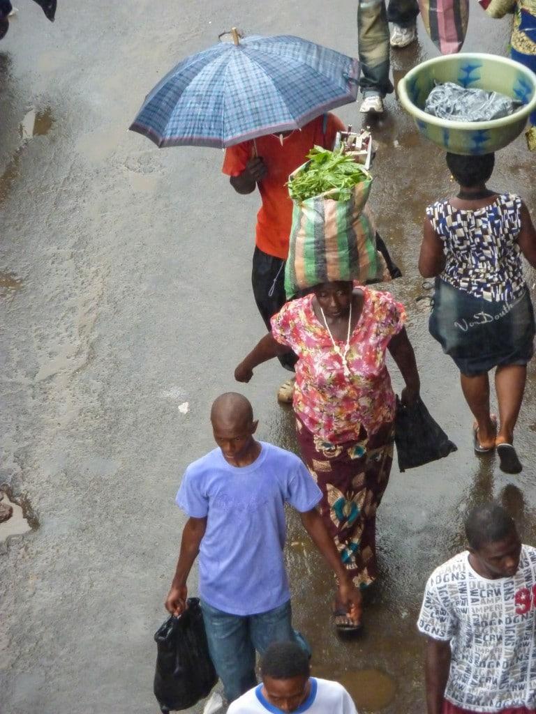 rue-pluie-freetown-femme-porter