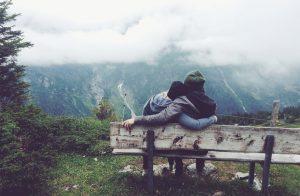 couple-banc-montagne-bois-brume