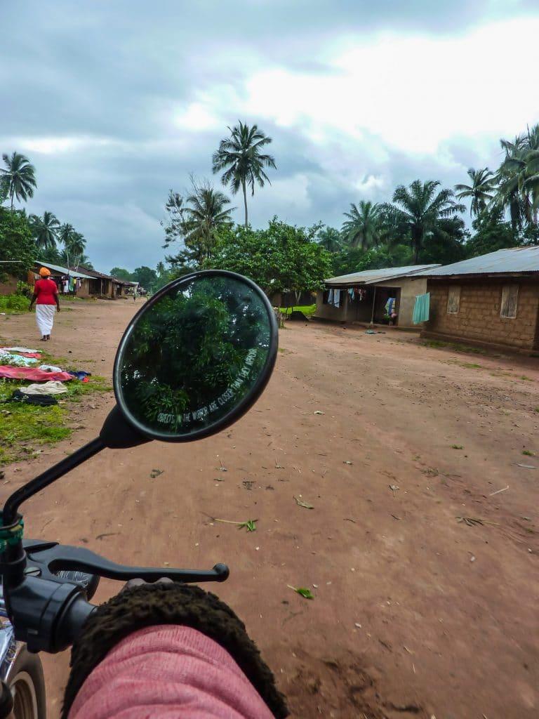 moto-village-piste-afrique