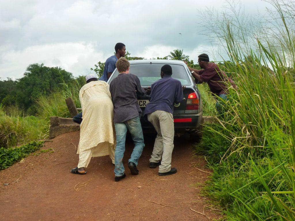 obstacles-voitures-pousser-pistes-afrique