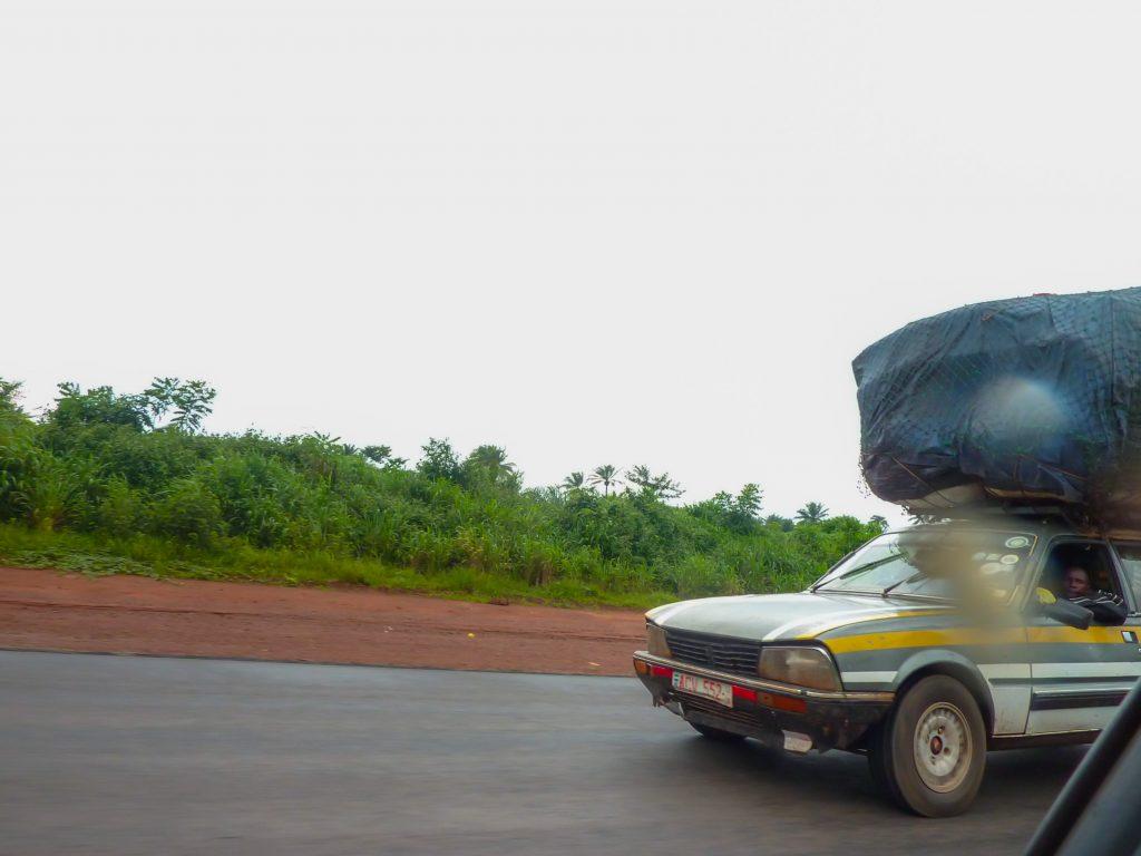 voiture-chargement-route-afrique