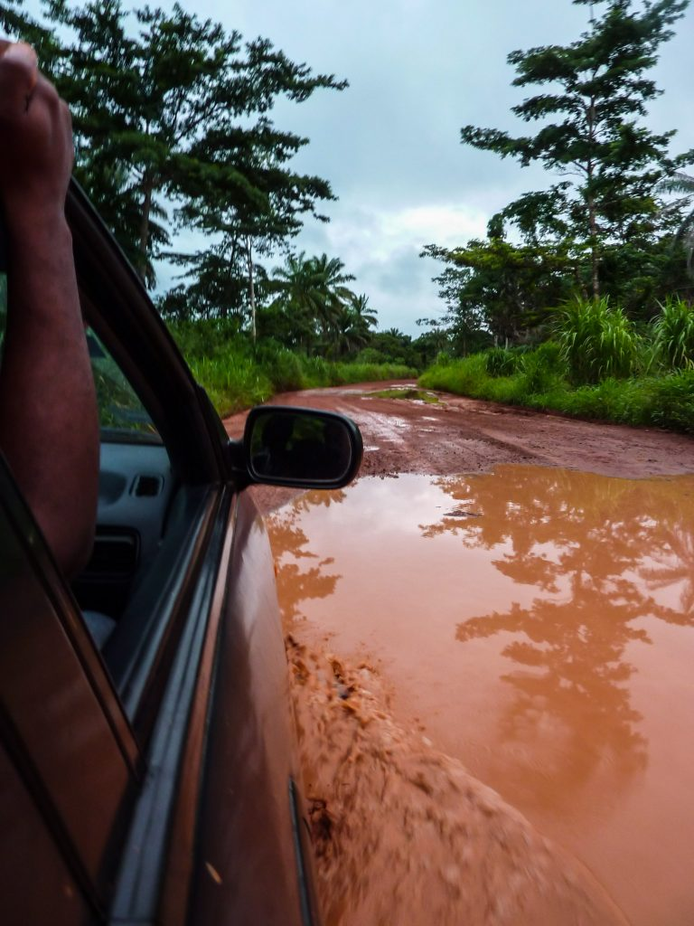 voiture-flaque-afrique-piste