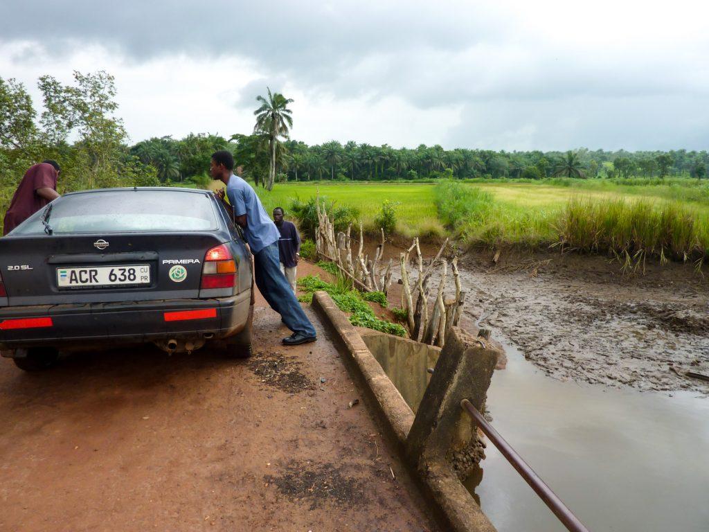 voiture-hommes-afrique-marche