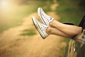 Chemin-jambes-relax-converse-voiture