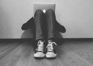 homme-ordinateur-portable-triste-noir-blanc