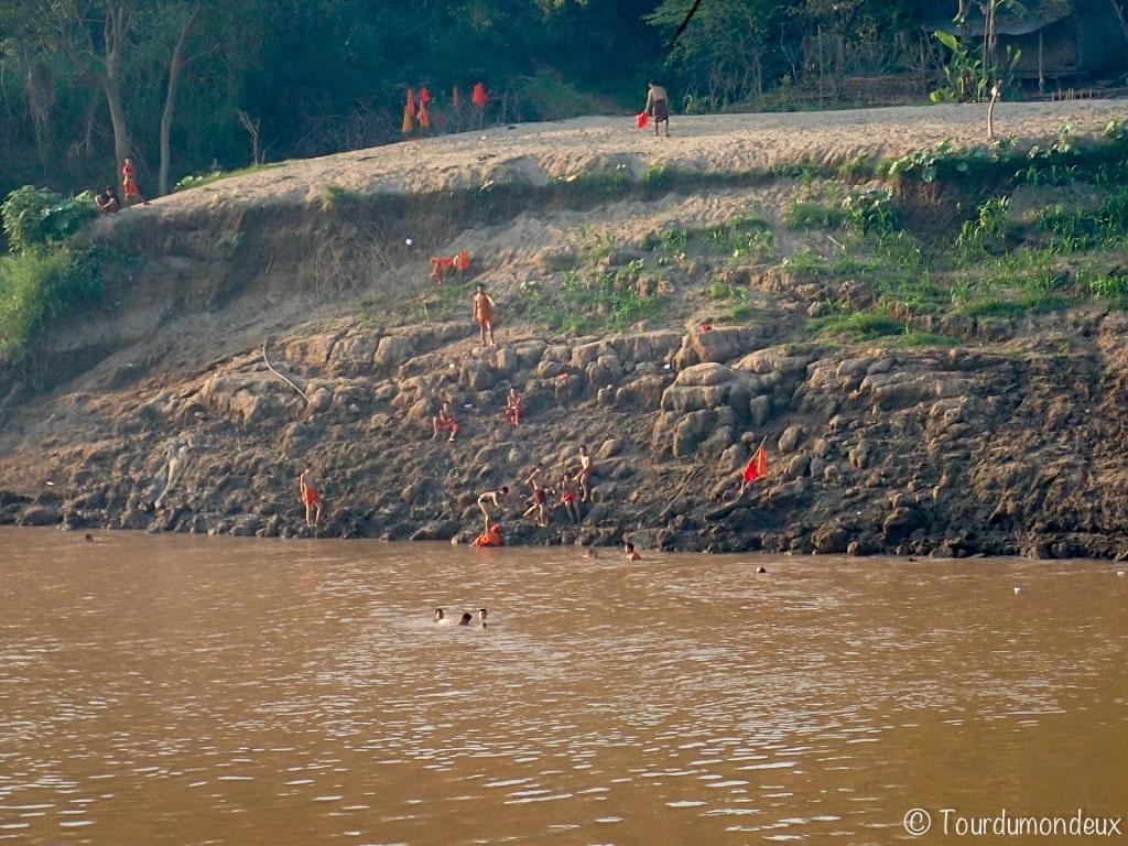 baignade-moines-luang-prabang