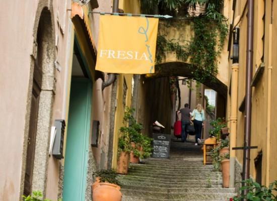 Italie-bellagio-rue-esalier-etroit