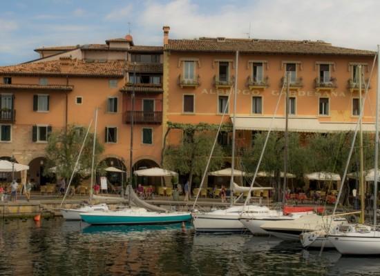 italie-torri-del-benaco-port-voiliers-promenade-terrasses
